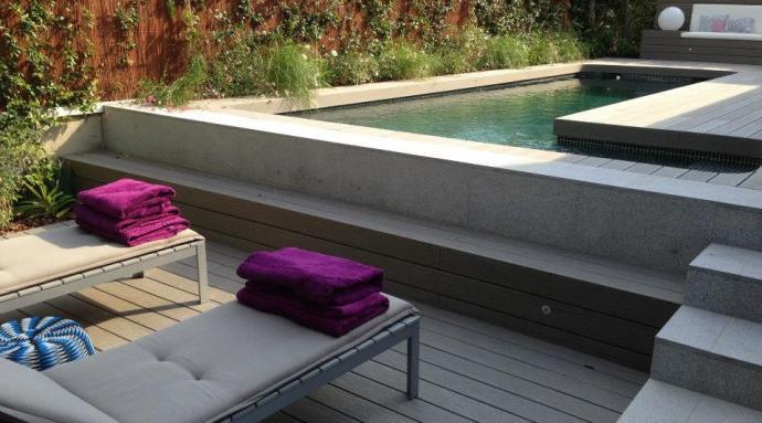 Piscinas de obra piscinas integradas en pequeos patios for Piscinas superficie precios