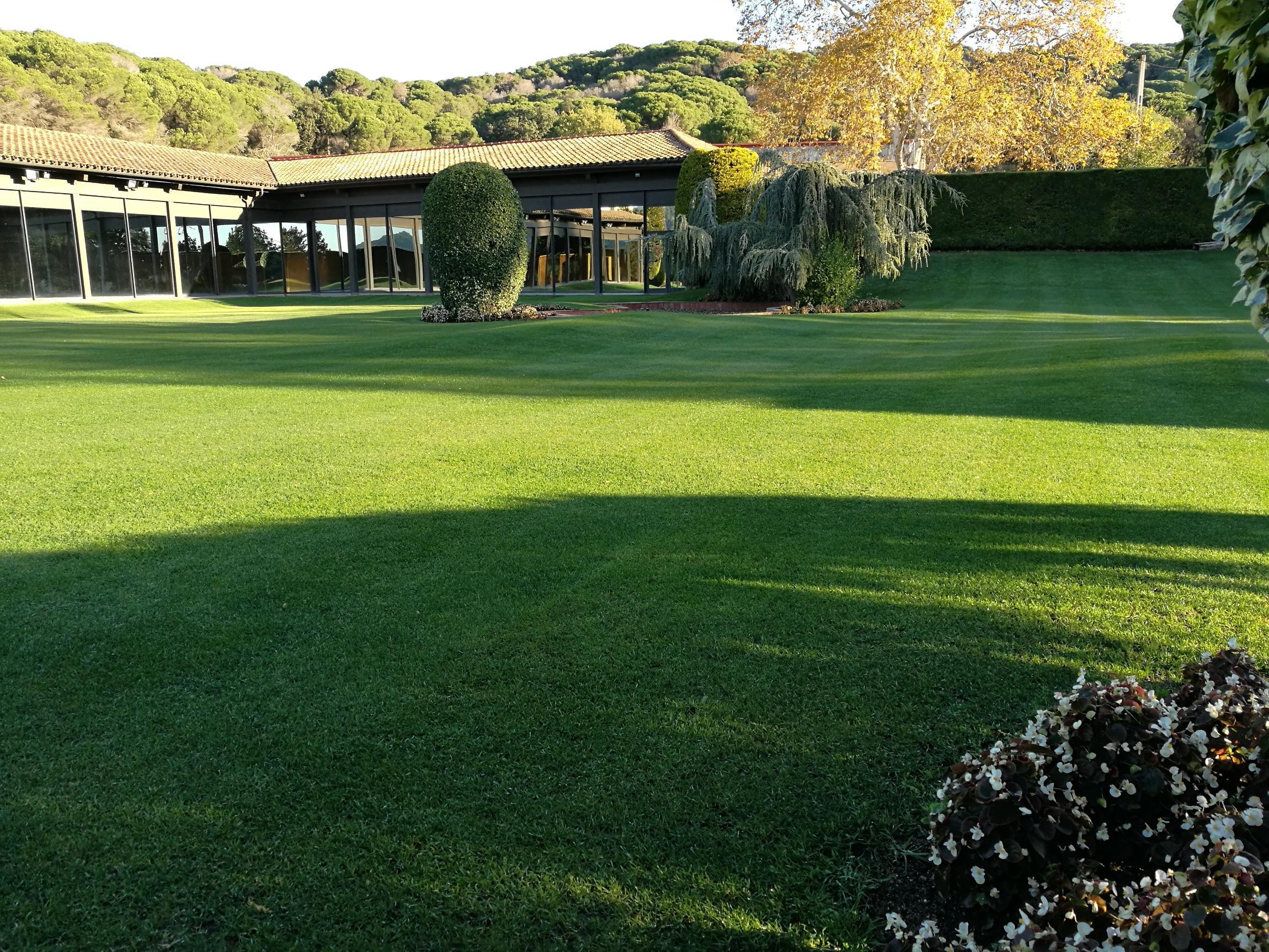 Jardiner a la font jardiner a paisajismo jardineros for Jardineria barcelona