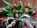Cuadrado de cristal con 20 tulipanes.