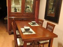 Comedor  macizo nogal con vitrina, mesa extensible y 4 sillas