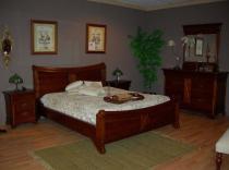 Dormitorio en cerezo macizo acabado anticuario con cómoda y espejo.
