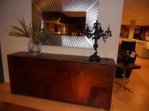 Aparador palma de nogal puertas coplanares, mesa y 4 sillas
