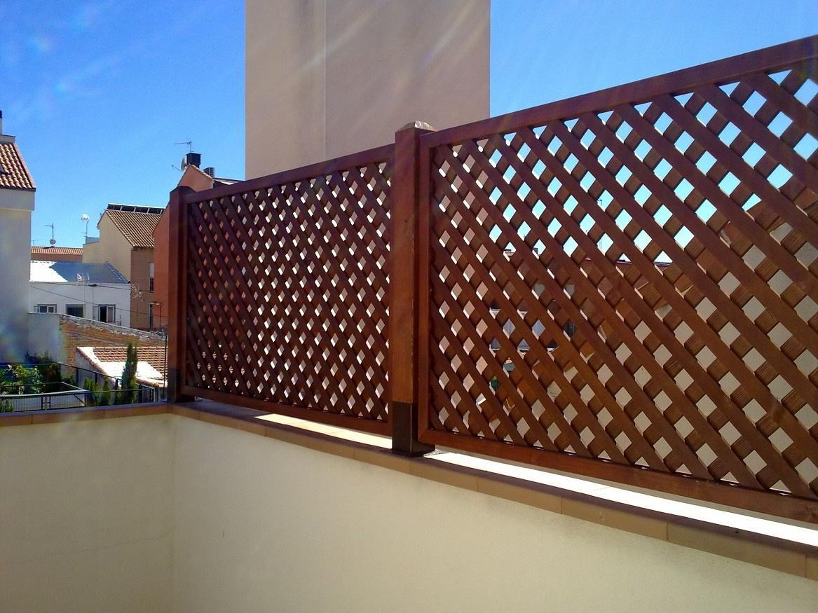 Celos as vallas jardineras bancos de madera en madrid for Celosias en madera