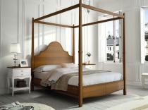 Dormitorio de cama con dosel.