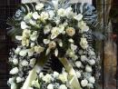 Corona de un cabecero de rosas, calas y lilium y diversos verdes