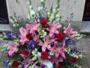 Centro de gladiolo, lilium, rosas, antirrinum e iris